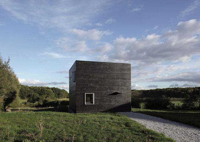 Vierkant zwart houten huis in frankrijk allemaal dingen - Interieur eigentijds houten huis ...
