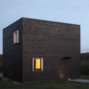 Vierkant zwart houten huis in Frankrijk